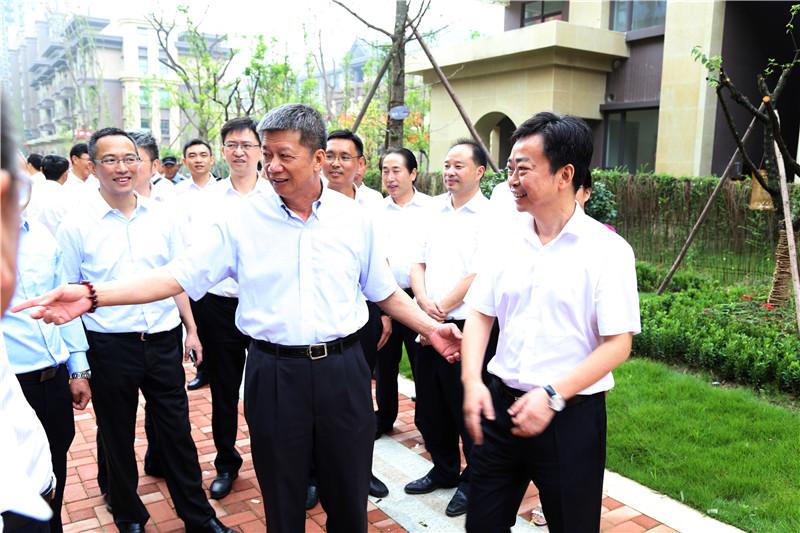 郑桂泉董事长,中国石油四川销售公司总经理付斌等嘉宾一行参观中丝园